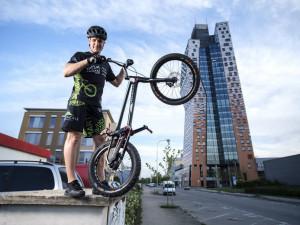 Polák vyjel za devět minut AZ Tower na kole