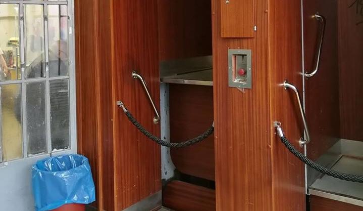 Na poště v Brně se ve výtahu páternoster zasekla maminka s dítětem v kočárku