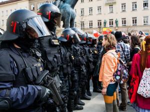 Na dnešní pochod příznivců krajní pravice budou v Brně dohlížet stovky policistů