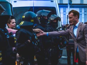 FOTO/VIDEO: Zapálené pochodně a bitka mezi demonstranty. Brnem prošel zástup příznivců krajní pravice