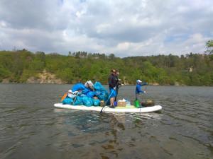FOTO: Desítky dobrovolníků na paddleboardech vyčistily Prýgl od víc než čtvrt tuny odpadu