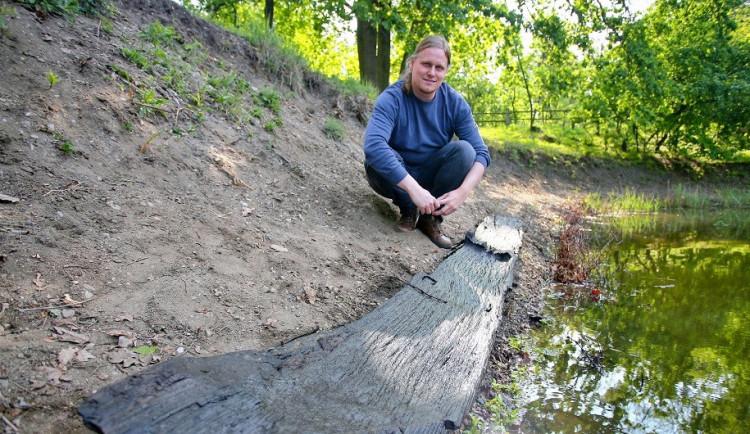 Ve vodě nepovšimnutě ležel tisíce let starý člun
