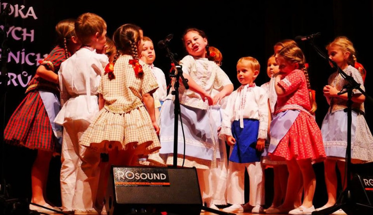 FOLKLORNÍ DRBNA: Když děcka dělají folklór a dělají to fakt dobře