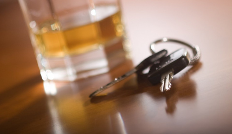Namol opilý řidič naboural v Brně při parkování jiné auto, řidičák měl přitom jen pár dní