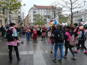 FOTO/VIDEO: V centru Brna stávkují středoškoláci. Upozorňují na nebezpečí klimatické změny