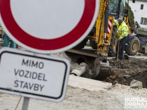 AKTUÁLNĚ: Dělníci opravují havárii potrubí mezi Bratislavskou a Kolištěm, doprava v místě kolabuje