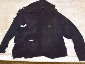 FOTO: Policisté pátrají po totožnosti muže, který skočil pod vlak. Nevíte, komu patří toto oblečení?
