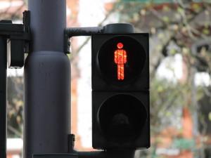 Přecházení na červenou se nevyplácí. Mladík v Brně skončil po střetu s autem  v nemocnici