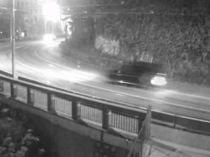 VIDEO: Luxusní Mercedes vylétl na Husově ulici ve vysoké rychlosti ze silnice a projel až do parku