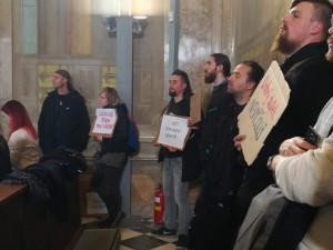 FOTO/VIDEO: Zhruba stovka lidí dnes přišla na zastupitelstvo Brna žádat více bytů pro bezdomovce