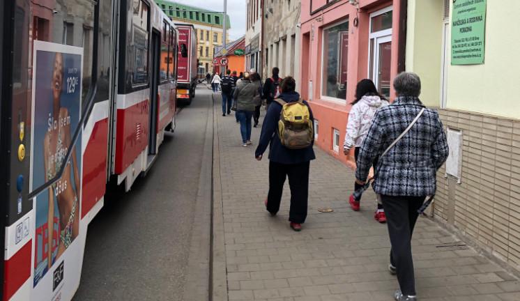 Cesta šalinou z Líšně a Juliánova se lidem každý den protáhne o desítky minut. Problém je na Táborské