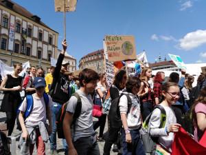 FOTO/VIDEO: Středoškoláci v Brně stávkovali za lepší klima a snížení emisí