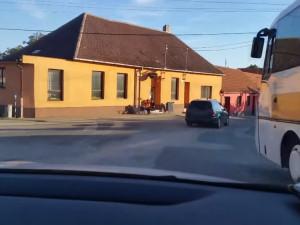 VIDEO: Řidič na Brněnsku zběsile ujížděl policistům, pak utekl z auta. Vevnitř zapomněl doklady
