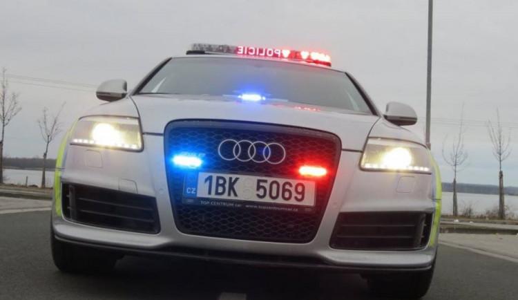 Řidič náklaďáku nedal přednost, osobák musel sjet do příkopu. Policisté hledají svědky
