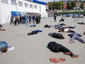 FOTO: Před výstavištěm ležely dnes ráno 'mrtvoly'. Aktivisté protestovali proti zbrojařskému veletrhu