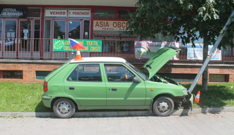 FOTO: Opilá řidička si bez svolení půjčila Felicii a poslala ji do sloupu