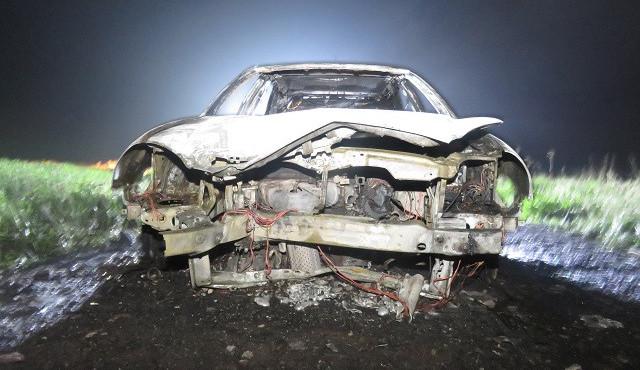 Mladík sedl za volant opilý a boural, jeho auto začalo hořet. Naštěstí stihl včas vystoupit