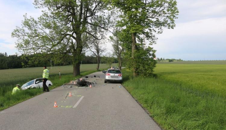 Motorkář předjížděl v otáčce autobus a čelně se srazil s Octavií, na místě zemřel. Policisté hledají svědky