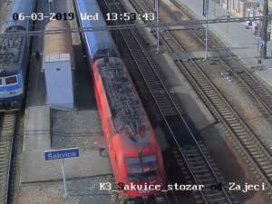 VIDEO: Žena zázračně přežila střetnutí s vlakem. Policisté evidují spousty hazardérů na nádražích