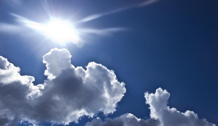 POČASÍ NA PONDĚLÍ: Oblačno a vysoké teploty