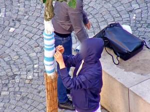 VIDEO: Dvě ženy nad ránem tajně oblékaly stromy v centru Brna do pletených deček
