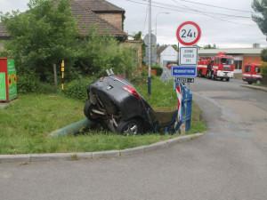 FOTO: Řidička při parkování zapomněla na ruční brzdu. Auto se rozjelo a zahučelo do potoka
