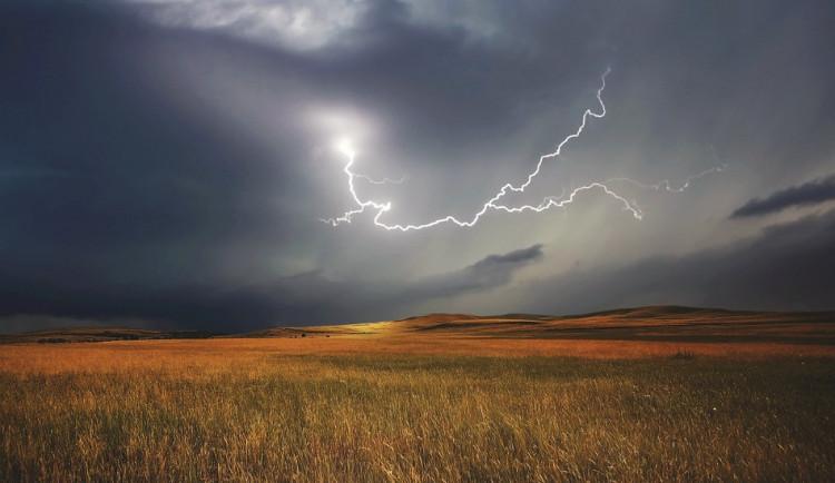 POČASÍ NA ČTVRTEK: Dusno a horko přinese letní bouřky