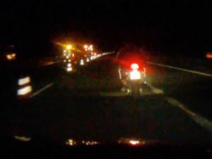 VIDEO: Automechanik ujížděl policistům na motorce zákazníka, skončil v řepce