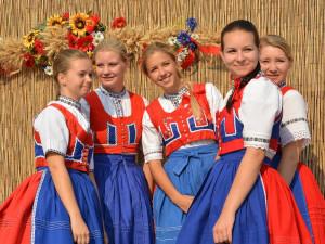 Cimbál, víno, kroje, zpěv. . . to je festival Slovácký rok aneb 'Noc zpátku na neděli'