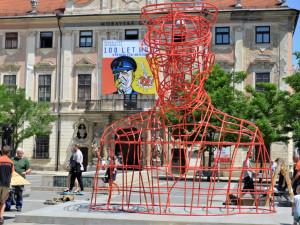 Socha Masaryka od Maxima Velčovského vyrostla na Moravském náměstí