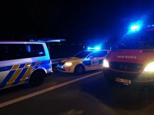 Padesátiletý řidič vylétl v noci ze silnice a narazil do mostku, na místě zemřel