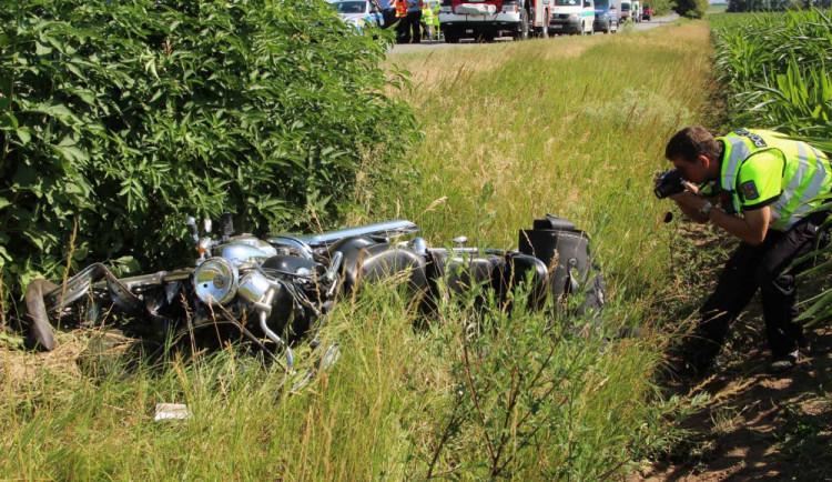 Motorkář vjel na Brněnsku do protisměru a srazil se s kamionem, zemřel po převozu do nemocnice