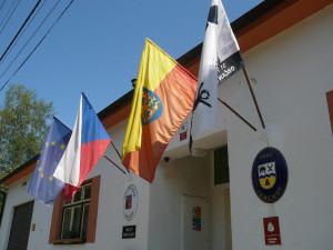 Moravskou vlajku ke státnímu svátku dnes vyvěsilo nejvíce obcí v historii
