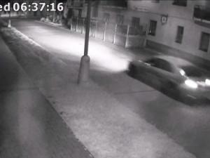 VIDEO: Agresivní řidič, který schválně přejel chodce, skončil ve vazbě. Je obviněn z pokusu o vraždu