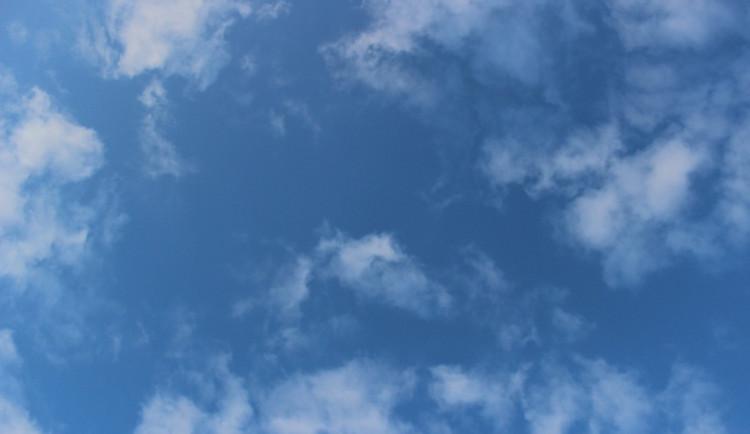 POČASÍ NA STŘEDU: Přes den bude polojasno, pršet by mělo až v noci