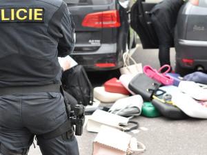 Zloděje usvědčilo šest dámských kabelek. Nad ránem si s nimi vykračoval ulicemi Brna