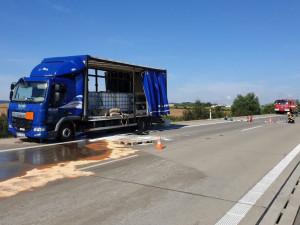 FOTO: Osmnáctiletý řidič náklaďáku se nevěnoval řízení, po dálnici rozlil tisíce litrů kyseliny sírové