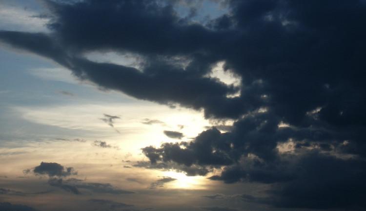 POČASÍ NA PÁTEK: Pátek přinese teploty nad pětadvacet, oblačno i bouřky