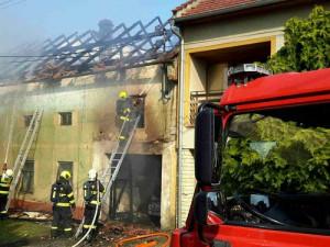 Ve Švábenicích chytla střecha rodinného domu. Zasahovat přijelo sedm jednotek hasičů