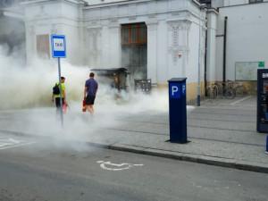 Před hlavním nádražím v Brně začal hořet plyn u stánku s kávou, dva lidé skončili v nemocnici