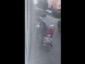 Policisté našli ženu s kočárkem, která si na videu střílela heroin do žil před očima malého dítěte