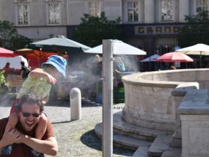 Kvůli horkému počasí umístilo Brno-střed na Zelný trh mlžítko. Do ulic opět vyjedou i kropicí vozy