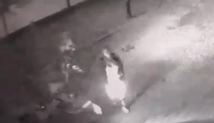 Útočník bez důvodu napadl a pořezal muže rozbitou skleněnou lahví, policisté hledají svědky