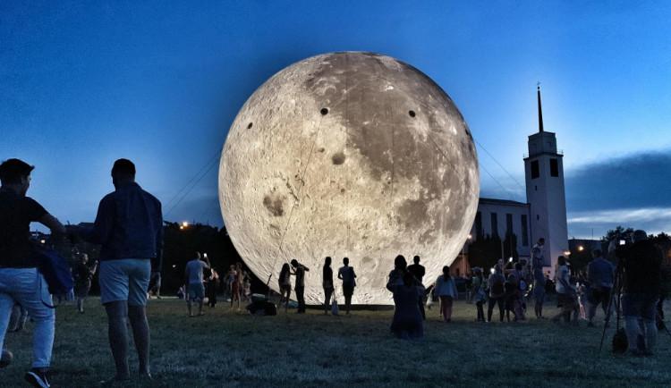 Nafukovací Měsíc na Kraváku se během víkendu stal hitem. V Brně se objeví znovu