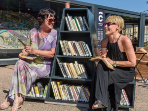 Dolní nádraží má svoji literární lavičku. Cestující si budou moct čekání zkrátit s desítkami knížek až do konce října