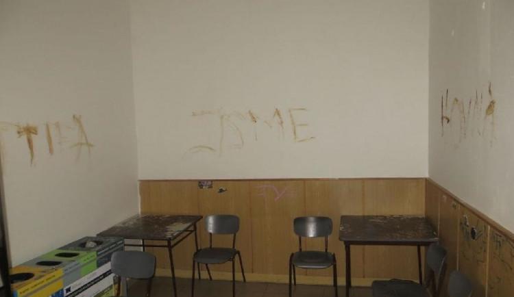 FOTO: Vandal popsal stěny čekárny vlastními exkrementy. Pak rozmlátil dvě auta