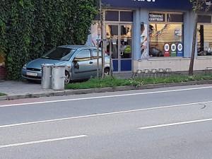 Mladý řidič usnul za volantem při cestě z dovolené a zaparkoval auto před policejní stanici