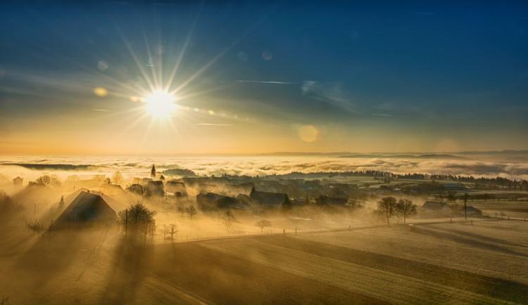 POČASÍ NA NEDĚLI: Jasná obloha, mlhy i přeháňky. V neděli bude všelijak