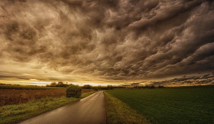 POČASÍ NA ÚTERÝ: Teploty kolem jednatřiceti stupňů, během dne bude ale zataženo, ojediněle přeháňky i bouřky