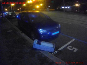 FOTO/VIDEO: V Brně o víkendu řádili vandalové. Odnesla to zaparkovaná auta a motorka